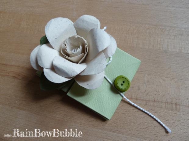 fiore e biglietto carta
