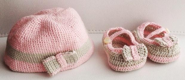 Berettino rosa e grigio e scarpette mary jane per neonato